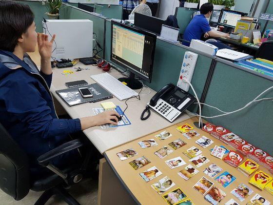 서울시 민생사법경찰관이 성매매 전단에 적힌 전화번호를 '대포킬러' 프로그램에 입력하고 있다. 번호가입력되면 성매매업자에게 3초마다 전화를 걸어 성매수자와 연락하기 어렵게 만든다. [사진 서울시]