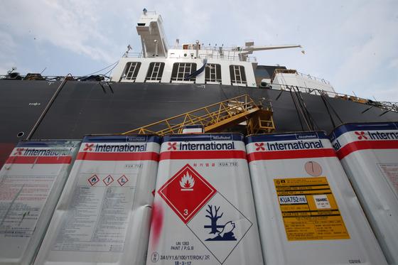 21일 STX조선해양 폭발사고 선박 앞에 쌓여 있는 선박용 페인트. 송봉근 기자