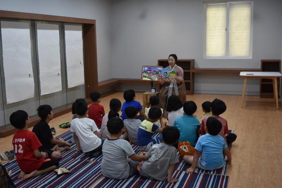 경북 군위군 사라온이야기마을에서 '삼국유사 이바구꾼'이 이야기를 들려주고 있다. [사진 군위군]
