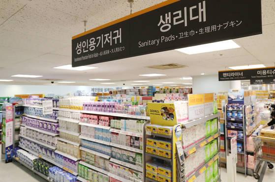 24일 서울의 한 대형마트 생리대 판매대의 모습. [연합뉴스]