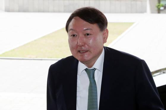 윤석열 서울지검장이 서초구 중앙지검 청사로 출근하고 있다. 김경록 기자