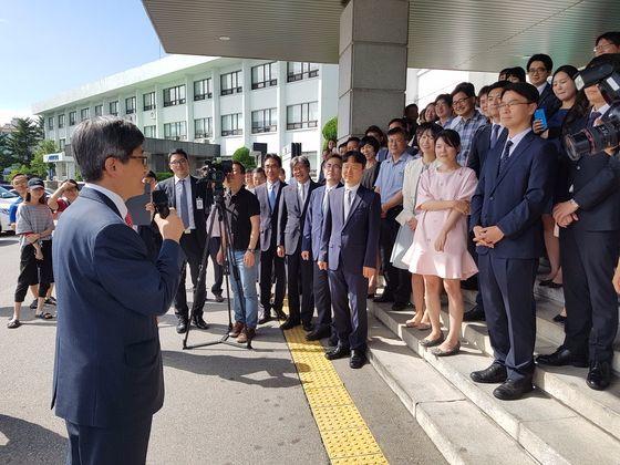 김명수 대법원장 후보자가 25일 춘천지방법원 직원들과 작별의 인사를 나누고 있다. 박진호 기자