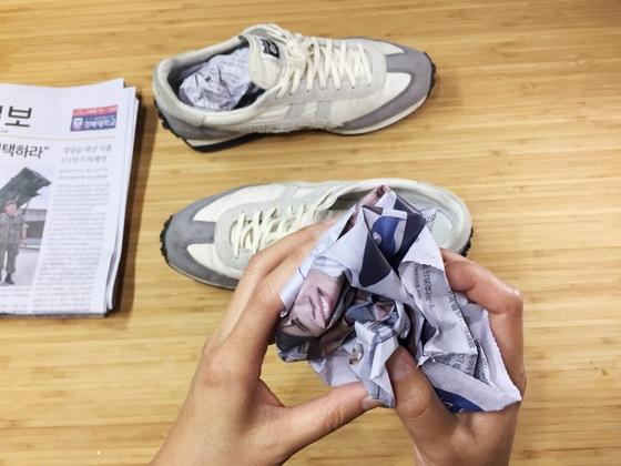젖은 신발을 그대로 놔두면 형태가 틀어지고 퀴퀴한 냄새가 난다. 이때 신문지를 뭉쳐 넣으면 빨리 마르고 냄새도 안 난다. 신발의 모양도 예쁘게 잘 잡아준다.
