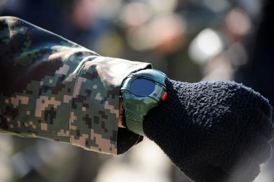 스마트워치. 경찰이 사용하고 있는 스마트 워치와는 모양이 다르지만 이처럼 스마트워치는 시계 모양으로 돼 있다.(경찰 스마트워치는 보안상 공개불가). [사진 국방부 블로그]