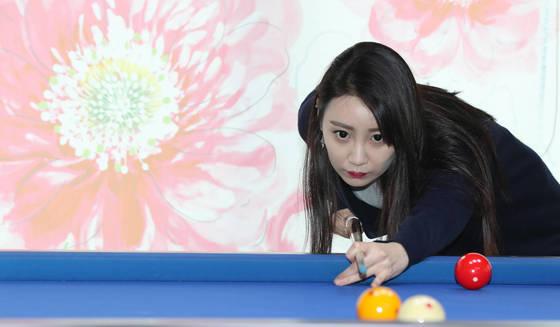 당구 경력 3년차인 이유라씨(30). 이씨는 2년전 당국 심판 자격증을 획득한 동호인이다. 김춘식기자