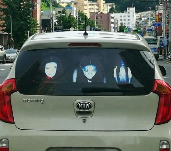 뒤 차가 상향등을 켜는 것을 막기 위해 차량의 뒤유리창에 붙인 귀신 스티커. [사진 부산경찰청]