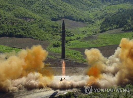 지난 7월4일 북한이 대륙간탄도미사일(ICBM)급 '화성-14형'을 시험발사하는 모습. [연합뉴스]
