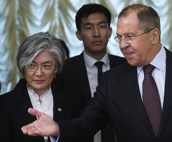25일 모스크바에서 라브로프 러시아 외교부 장관을 만난 강경화 장관(왼쪽). [타스통신=연합뉴스]