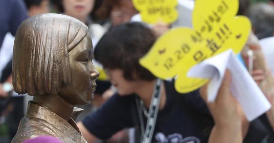 주한 일본대사관 앞 평화의 소녀상 [연합뉴스]