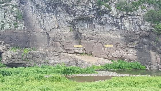 울산 울주군 언양읍 대곡리에 있는 국보 285호 반구대 암각화. 화살표가 가리키는 곳에 그림이 새겨져 있다. 최은경 기자