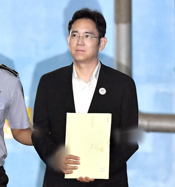 이재용 삼성전자 부회장이 25일 서울중앙지법에서 열린 1심 선고공판에서 징역 5년을 선고받고 법정을나서고 있다. 이날 재판부는 이 부회장에게 적용된 5개 혐의에 대해 모두 유죄로 판결했다. [우상조 기자]