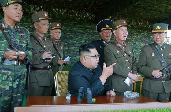 북한 김정은 노동당 위원장이 '선군절'을 맞이해 북한군 특수부대의 백령도와 대연평도 점령을 위한 가상훈련을 참관했다고 노동신문이 26일 보도했다. [연합뉴스]
