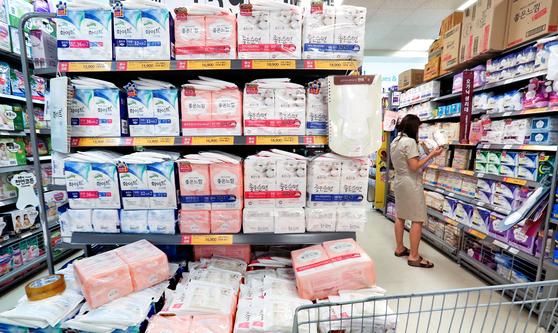 생리대의 인체 유해성 논란이 확산되고 있는 가운데 25일 오후 서울 이마트 용산점에서 한 고객이 진열된 생리대 제품을 살펴보고 있다. [임현동 기자]