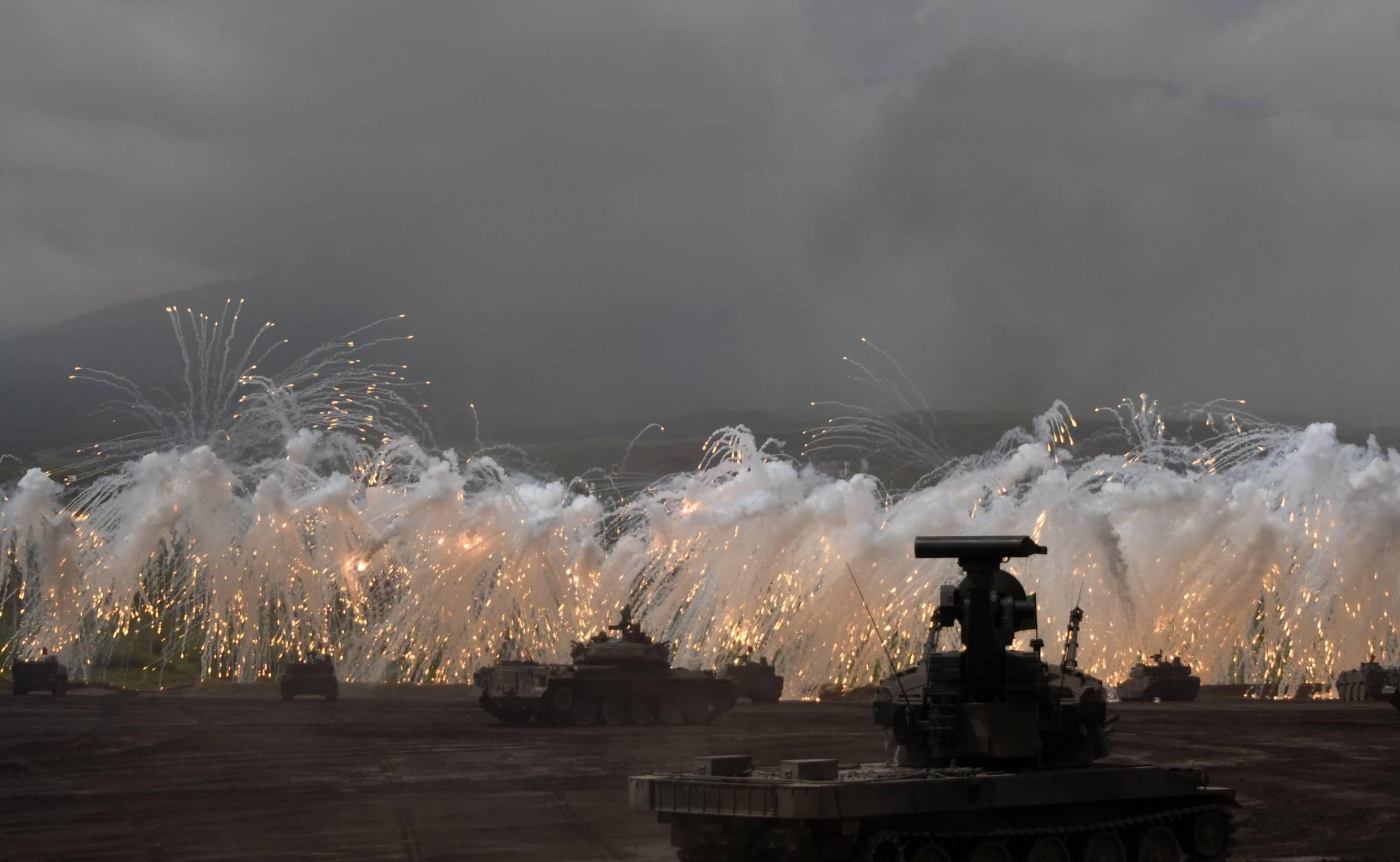 일본 자위대는 시즈오카현 고텐바시 히가시후지 훈련장에서 진행된 육상자위대의 대규모 화력훈련을 24일 언론에 공개했다. [고텐바 EPA=연합뉴스]