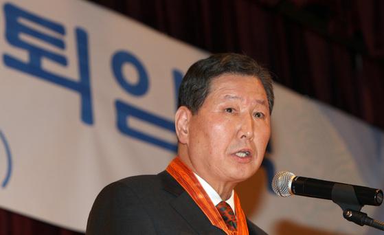 이태식 전 주미대사가 지난 2009년퇴임식에서퇴임하는 외교관들을 대표해 퇴임사를 하고 있다.