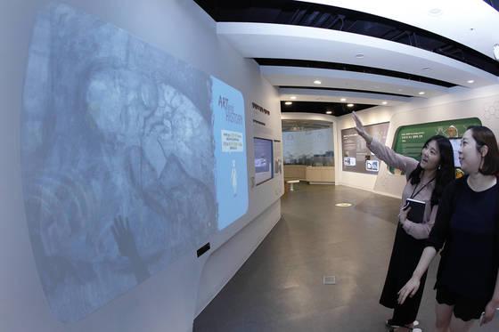 경북 포항 가속기연구소 과학관. 기자가 피카소의 '푸른 방' 그림을 마주하고 손을 허공에 댄 뒤 문지르니 한 남성의 초상화가 나왔다. 프리랜서 공정식
