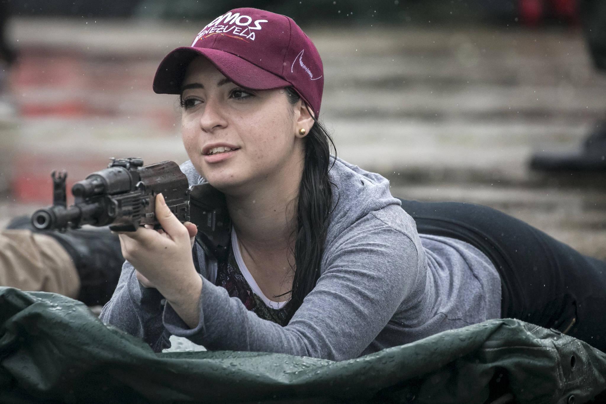 한 여성이 26일(현지시간) 베네수엘라 카라카스에서 열린 군사훈련에 참가해 사격훈련을 하고 있다.[EPA=연합뉴스]