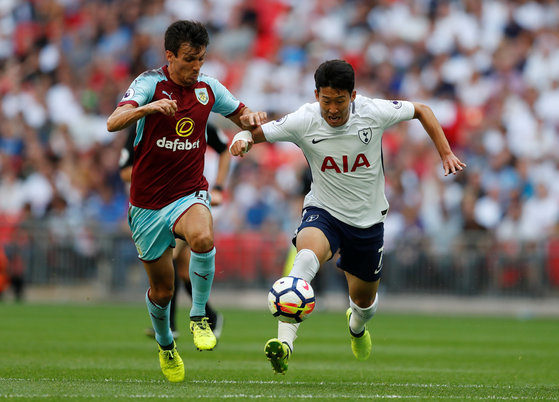 """Football Soccer - Premier League - Tottenham Hotspur vs Burnley - London, Britain - August 27, 2017  Tottenham's Son Heung-min in action with Burnley's Jack Cork  Action Images via Reuters/Matthew Childs  EDITORIAL USE ONLY. No use with unauthorized audio, video, data, fixture lists, club/league logos or """"live"""" services. Online in-match use limited to 45 images, no video emulation. No use in betting, games or single club/league/player publications. Please contact your account representative for further details./2017-08-28 00:23:18/<저작권자 ⓒ 1980-2017 ㈜연합뉴스. 무단 전재 재배포 금지.>"""