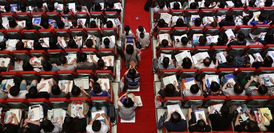 지난달 11일 한 입시전문업체가 주최한 '2018학년도 수시 지원 전략 설명회'에 참석한 학부모와 학생들이 대입 자료를 살펴보고 있다. 올해 수시모집 일정은 다음달 11일부터 15일까지다. [연합뉴스]