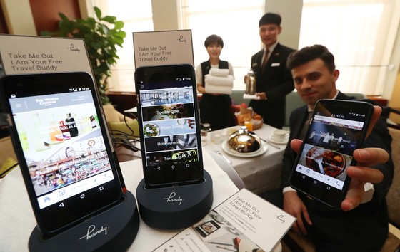 서울 웨스틴조선호텔 직원들이 28일 객실에 비치된 핸디를 시연해 보고 있다. 이 호텔은 462개의 전 객실에 핸디를 비치하고 투숙객들이 무료로 사용할 수 있도록 했다. 김상선 기자