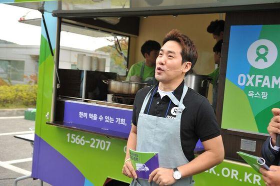 """샘킴 셰프는 지난 25~26일 대전과 파주에서 '푸드트럭 캠페인'을 펼쳤다. 샘킴은 """"시민들이 내가 만든음식을 먹은뒤 식량 위기 지역의 실태에 대해 관심을 가져주시길 바란다""""고 말했다. [사진 옥스팜]"""