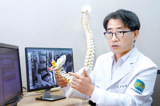 임강택 굿닥터튼튼병원장이 내시경을 이용한 척추관협착증 치료 효과에 대해 설명하고 있다. 프리랜서 김정한