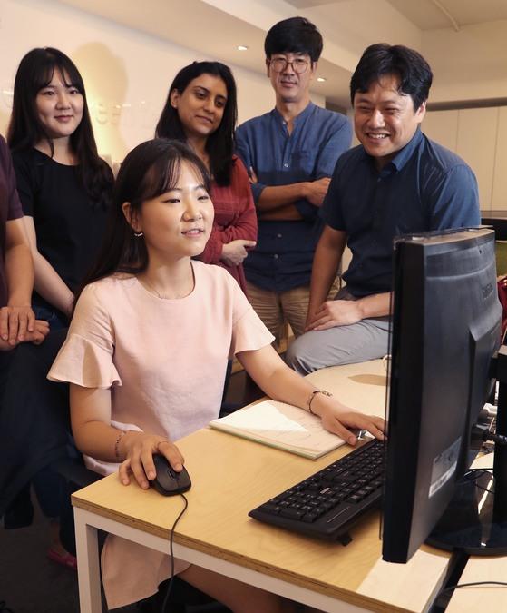 PC 앞에 앉은 포스텍 4학년 김해연씨가 스마투스 직원들에게 매출 데이터를 설명하고 있다. [최승식 기자]
