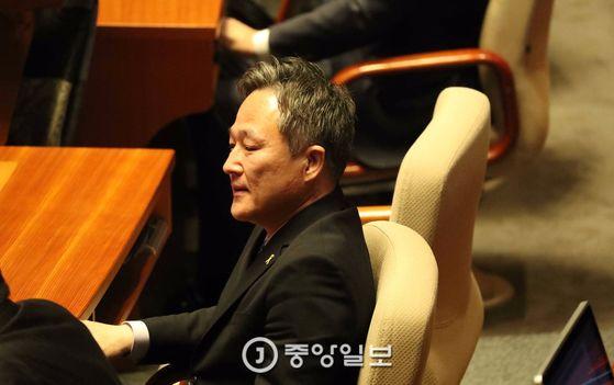 2일 오전 서울 여의도 국회 본회의장에서 열린 제349회 국회(임시회) 제2차 본회의에서 더불어민주당 표창원 의원이 발언을 듣고 있다.