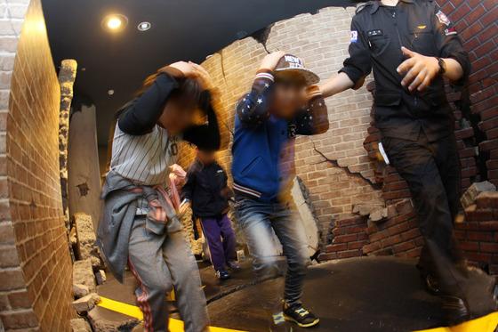대구시민안전테마파크에서 초등학생들이 지진 체험을 통해 대피 방법을 배우고 있다. [자료사진=중앙포토]