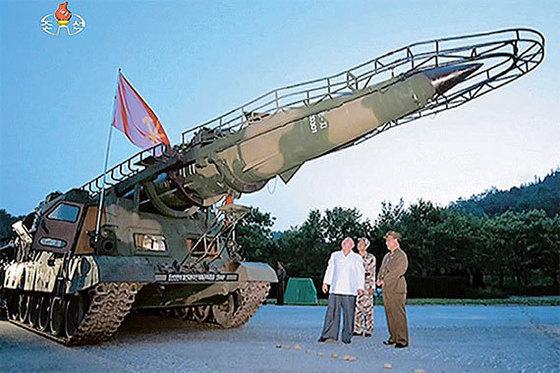 김정은 북한 노동당위원장이 지난 29일 시험 발사에 성공한 개량형 스커드미사일을 살펴보고 있다. [연합뉴스]