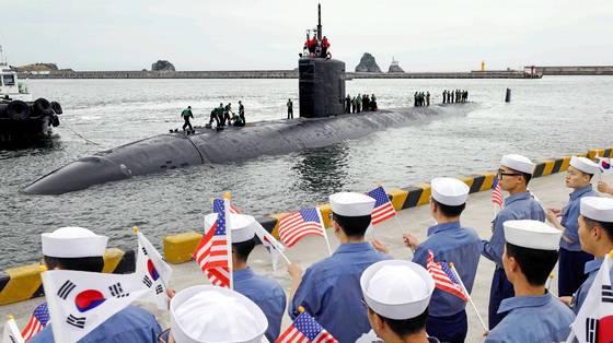 지난 6월 6일 부산 남구 해군작전사령부 부산작전기지에 입항한 미 해군의 로스앤젤레스급 핵추진 잠수함인 '샤이엔함'(SSN 773?6900t급). [사진 주한미해군사령부]