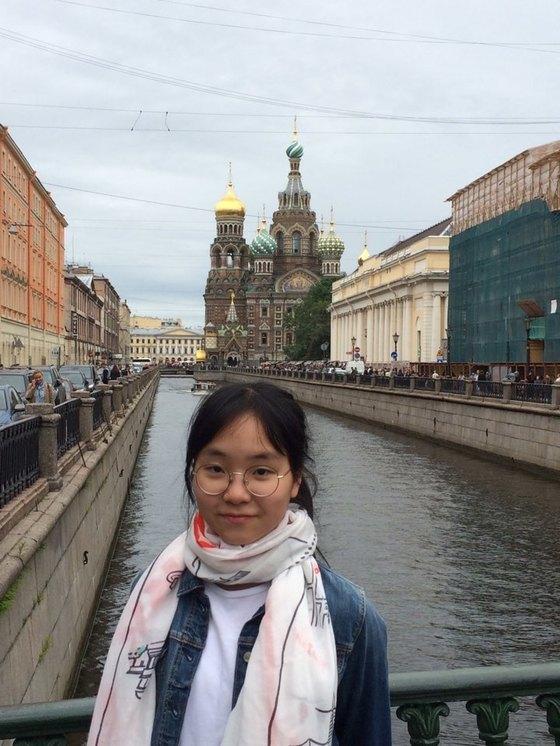 러시아 상트페테르부르크를 여행한 홍민주 학생기자. 운하 뒤로 피의 구세주 성당이 보인다.