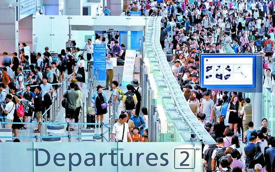 지난 7월 여름휴가를 떠나는 사람들로 붐비는 인천공항. 김경록 기자.