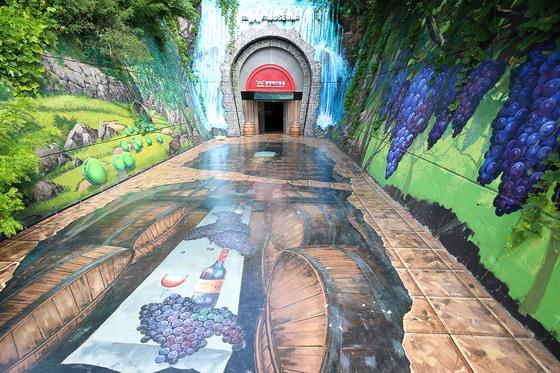 전남 광양시 광양읍 용강리 와인 동굴 입구. 301m 길이의 폐철로를 활용해 조성한 곳이다. 프리랜서 장정필