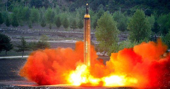 북한이 29일 발사한 것으로 추정되는 신형 중장거리미사일(IRB) 화성-12형의 지난 5월 발사 당시 모습. [연합뉴스]