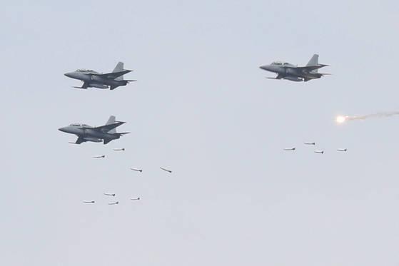 지난 4월 21일 '2017년 통합화력격멸훈련'에서 F-15K 3대가 미사일을 쏘고 있다. 김경록 기자