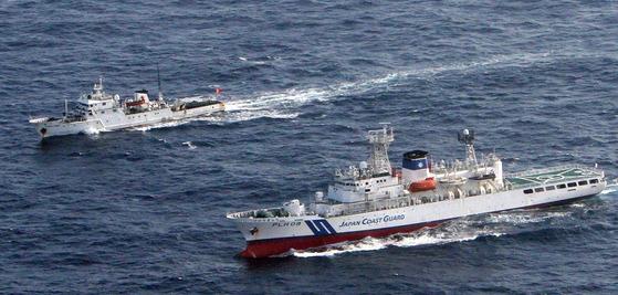 지난 2012년 중국과 일본이 영유권 분쟁을 벌이고 있는 센카쿠 열도 주변 해역에서 중국 순시선이 일본 순시선 옆을 항해하고 있다. [사진제공=일본 해상보안청]