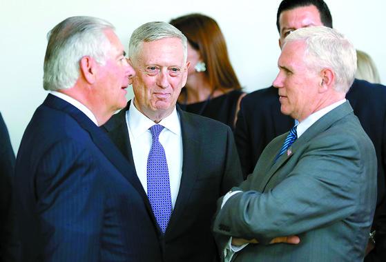 마이크 펜스 부통령(오른쪽)과 대화를 나주는 렉스 틸러슨 국무장관(왼쪽)과 제임스 매티스 국방장관(가운데).