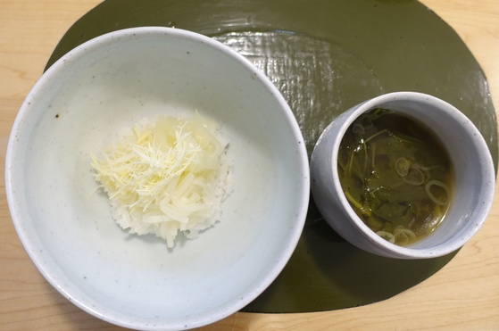 흰 나물 비빔밥인 백화반과 아욱국.