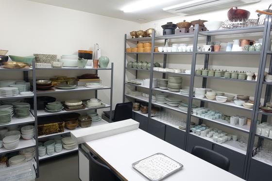 온지음은 음식에 어울리는 기물과 차림 연구도 한다. 기물 수장고에 있는 그릇들은 작가들의 작품이 많다.