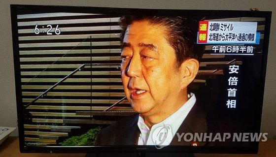 기자단에게 북한의 미사일 발사에 대한 대응책을 알리는 아베 신조 일본 총리.[연합뉴스]
