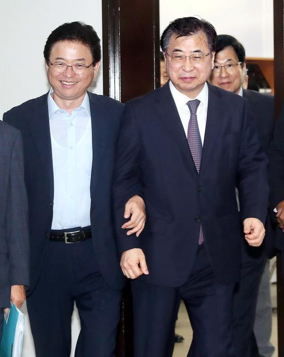 국정원은 28일 국회 정보위에서 북한이 풍계리에서 핵실험 준비를 완료했다고 보고했다. 서훈 국정원장이 이철우 정보위원장(왼쪽)과 함께 회의장에 들어서고 있다. 오른쪽은 신경민 민주당의원. [강정현 기자]