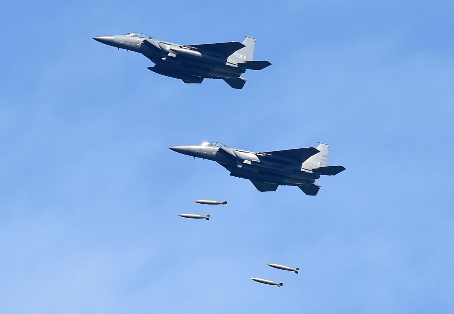 공군 F-15K 전투기들이29일 오전 강원도 필승사격장에서 실시된 공격 편대군 실무장 폭격 훈련에서 무게 1톤의 MK-84 폭탄을가상의 북한 지휘부 지점에 투하하고 있다. [사진 공군]