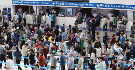 추석 열차승차권 예매일인 29일 오전 서울역 대합실에 시민들이 표를 구하기 위해 기다리고 있다. 우상조 기자