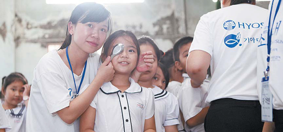 효성은 2011년부터 스판덱스와 타이어코드를 생산하는 베트남 동나이성 지역의 주민을 대상으로 무료진료를 실시하는 '미소원정대' 활동을 해왔다. 미소원정대가 베트남 호치민시 인근의 초등학교에서 어린이들의 기초 건강검진을 진행하고 있다. [사진·효성]