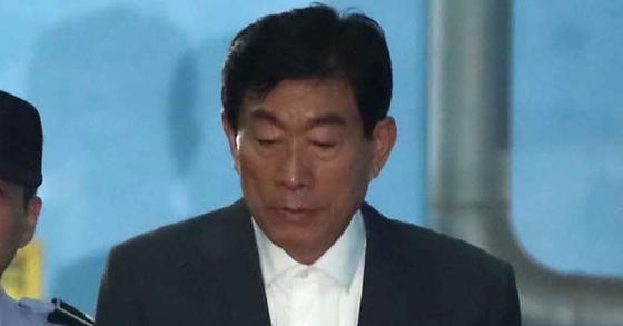 '국가정보원 댓글' 사건으로 기소된 원세훈 전 국가정보원장이 파기환송심에서 정치 개입과 선거 개입 혐의가 모두 유죄로 인정돼 징역 4년을 선고받았다. 원 전 원장이 구치소로 가기 위해 서울지방법원을 나서고 있다. 김상선 기자