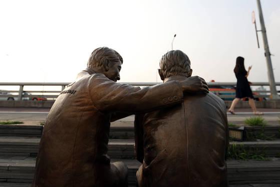 서울 마포대교에자살 예방 목적으로 설치된'한번만 더'동상. 김경록 기자