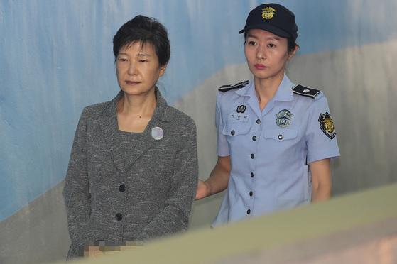 박근혜 전 대통령이 25일 서울 서초동 서울중앙지방법원에서 열린 국정농단 사건 59차 공판에 출석하고 있다.