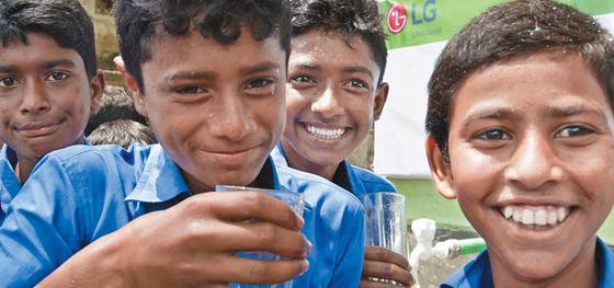 LG전자는 국가별 맞춤형 사회공헌활동을 펼치고 있다. 지난 5월 LG전자는 방글라데시 3개 시골 마을 주민을 위해 상수도시설을만들고 깨끗한 물을 선물했다. 인근 마을 주민도 이 시설을 사용할 수 있도록 공동 식수시설도 만들었다. [사진·LG전자]