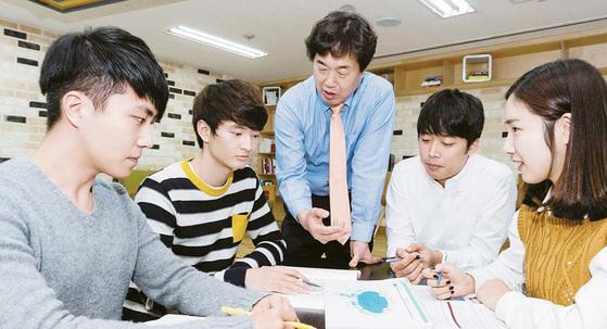 순천향대 교내 무한상상공간 활동실에서 학생들이 학과 지도교수와 방과후 프로그램을 진행하고 있다. [사진 순천향대]